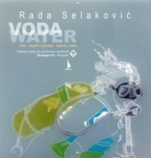 Rada Selaković (Beograd, 1952-2008) diplomirala je slikarstvo 1976. a magistrirala 1978. na Fakultetu likovnih umetnosti u Beogradu. Posle studija nastavlja stručno usavršavanje na studijskim boravcima u Grčkoj 1980-1981. (Stipendija grčke vlade), SAD 1985-1986. (Fulbrajtova stipendija) i u Francuskoj 1994. (Cité internationale des arts Paris). Dve stipendije su u velikoj meri obeležile njen umetnički rad – stipendija grčke Vlade i specijalizacija u Atini i na ostrvu Rodos,  kao i stipendija Fulbrajtovog programa za studije u SAD, gde sprovodi istraživački rad u oblasti proširenih medija i videa na Prat institutu u Njujorku. Tako su i dve sasvim različite situacije usmerile njen umetnički rad: Grčka, sa mitološkim mediteranskim referencama i Njujork, odnosno, Prat institut, mesto gde se uspostavljao aktuelni identitet postmodernih umetničkih i kulturnih produkcija.